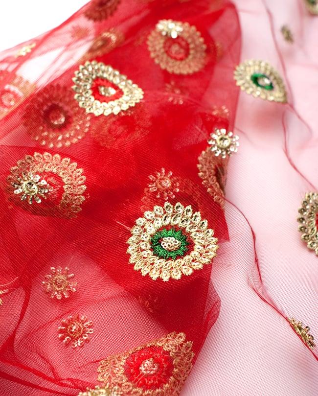 〔50cm切り売り〕メッシュ生地の刺繍とスパンコールクロス〔幅約110cm〕 - 赤の写真3 - 拡大写真です。独特な雰囲気があります。