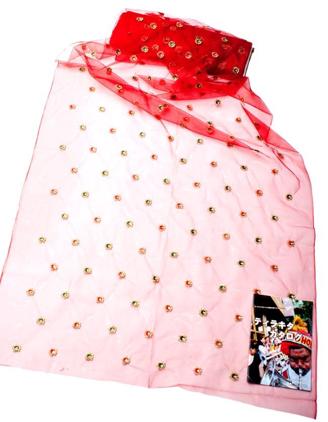 〔50cm切り売り〕メッシュ生地の刺繍とスパンコールクロス〔幅約110cm〕 - 赤の写真2 - 横幅もしっかり大きなサイズ。右下にあるのはサイズ比較用の当店A4サイズカタログです。