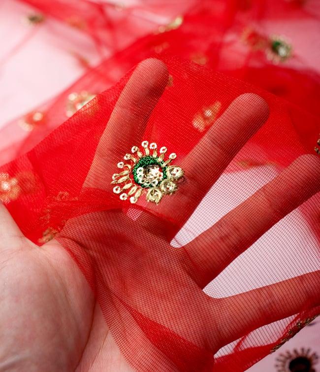 〔50cm切り売り〕メッシュ生地の刺繍とスパンコールクロス〔幅約110cm〕 - 赤の写真5 - このような感じの生地になります。手芸からデコレーション用の布などなど、色々な用途にご使用いただけます!