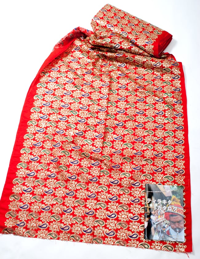 〔50cm切り売り〕刺繍とスパンコールクロス〔幅約110cm〕 - 赤 2 - 横幅もしっかり大きなサイズ。右下にあるのはサイズ比較用の当店A4サイズカタログです。
