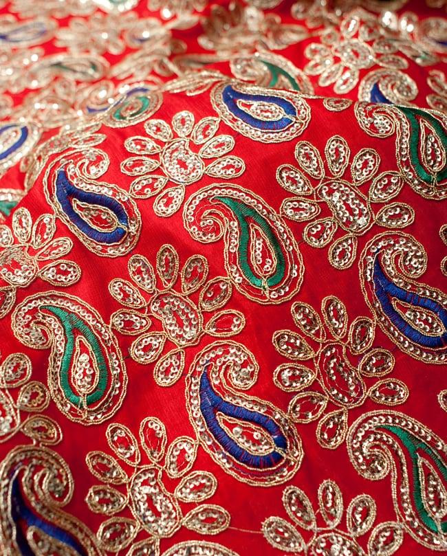 〔50cm切り売り〕刺繍とスパンコールクロス〔幅約110cm〕 - 赤 3 - 拡大写真です。独特な雰囲気があります。