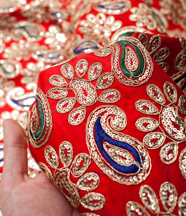 〔50cm切り売り〕刺繍とスパンコールクロス〔幅約110cm〕 - 赤 5 - このような感じの生地になります。手芸からデコレーション用の布などなど、色々な用途にご使用いただけます!