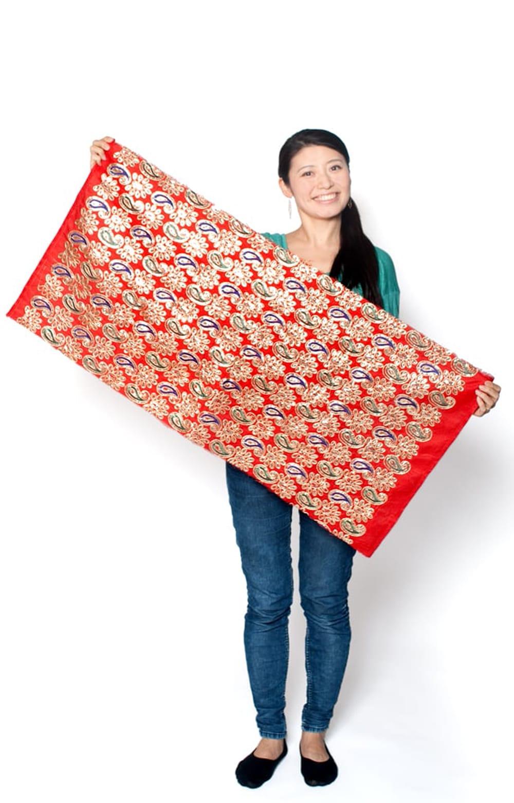〔50cm切り売り〕刺繍とスパンコールクロス〔幅約104cm〕 - 赤 7 - 類似品の『【MB-RSCLTH-299】〔50cm切り売り〕刺繍とスパンコールクロス〔幅約110cm〕 - 赤』を、50cmカットしてみたところです。横幅が大きい布なので、50cmの長さでもご覧の通り大きく色々な用途に使えそうです。ご注文個数に応じた長さにカットしてお送りいたします。