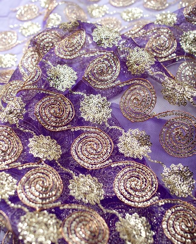 〔50cm切り売り〕メッシュ生地のスパンコールクロス〔幅約110cm〕 - 紫の写真3 - 拡大写真です。独特な雰囲気があります。