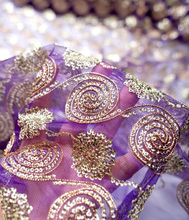 〔50cm切り売り〕メッシュ生地のスパンコールクロス〔幅約110cm〕 - 紫の写真5 - このような感じの生地になります。手芸からデコレーション用の布などなど、色々な用途にご使用いただけます!