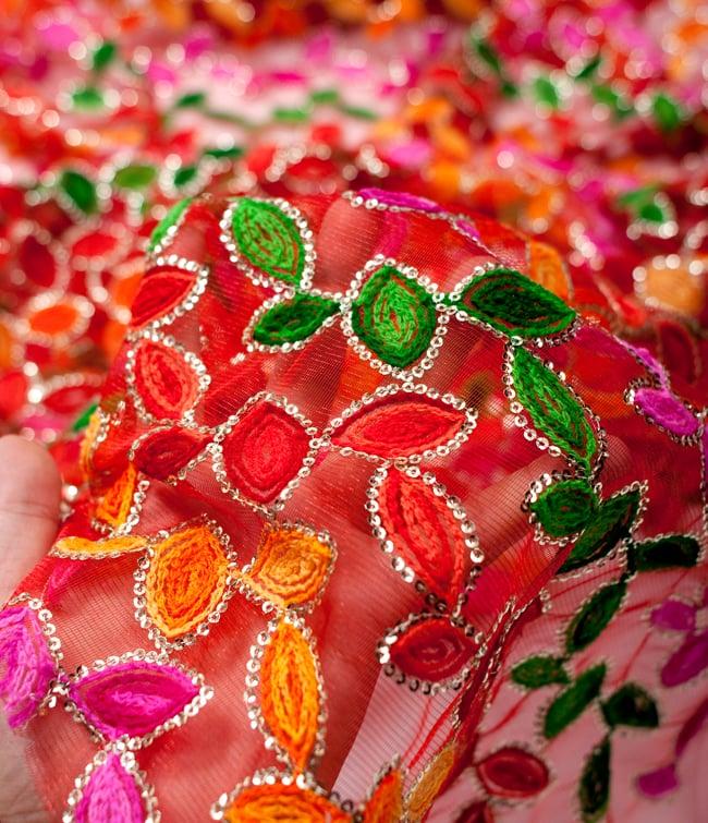 〔50cm切り売り〕メッシュ生地の刺繍とスパンコールクロス〔幅約107cm〕 - 赤 5 - このような感じの生地になります。手芸からデコレーション用の布などなど、色々な用途にご使用いただけます!