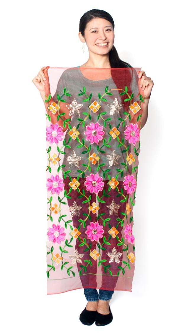 〔50cm切り売り〕メッシュ生地の刺繍とスパンコールクロス〔幅約107cm〕 - 赤 6 - 類似品の『【MB-RSCLTH-305】〔50cm切り売り〕レース生地の刺繍とスパンコールクロス〔幅約110cm〕 - 赤』を、50cmカットしてみたところです。横幅が大きい布なので、50cmの長さでもご覧の通り大きく色々な用途に使えそうです。ご注文個数に応じた長さにカットしてお送りいたします。