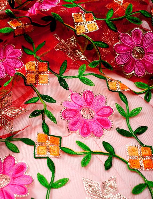 〔50cm切り売り〕レース生地の刺繍とスパンコールクロス〔幅約110cm〕 - 赤の写真3 - 拡大写真です。独特な雰囲気があります。
