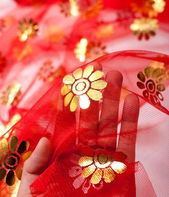 〔1m切り売り〕ゴールド花柄プリントのメッシュ生地布〔幅約110cm〕 - 赤の写真5 - このような感じの生地になります。手芸からデコレーション用の布などなど、色々な用途にご使用いただけます!