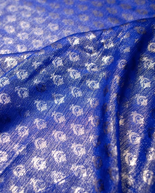 〔1m切り売り〕グリッターボタニカルのサテン楊柳布〔幅約113cm〕 - 青紫 2 - 拡大写真です。独特な雰囲気があります。