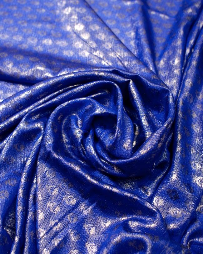 〔1m切り売り〕グリッターボタニカルのサテン楊柳布〔幅約113cm〕 - 青紫 3 - 光の加減でもまた表情をかえてくれます。