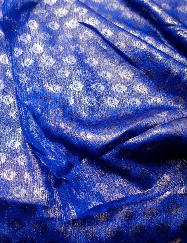 〔1m切り売り〕グリッターボタニカルのサテン楊柳布〔幅約113cm〕 - 青紫 4 - フチの写真です