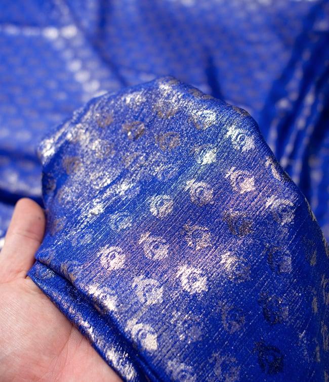 〔1m切り売り〕グリッターボタニカルのサテン楊柳布〔幅約113cm〕 - 青紫 5 - このような感じの生地になります。手芸からデコレーション用の布などなど、色々な用途にご使用いただけます!