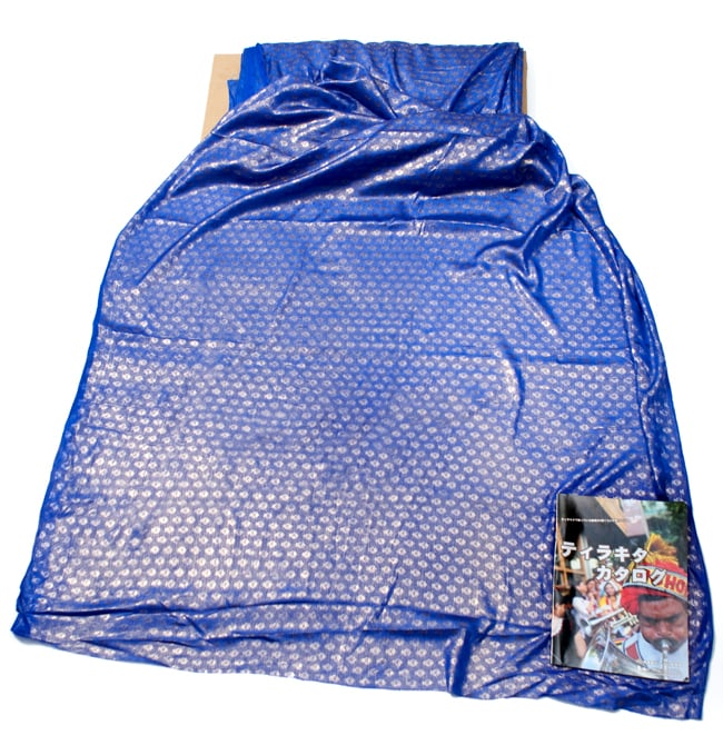 〔1m切り売り〕グリッターボタニカルのサテン楊柳布〔幅約113cm〕 - 青紫 6 - 布を広げてみたところです。横幅もしっかり大きなサイズ。右下にあるのはサイズ比較用の当店A4サイズカタログです。