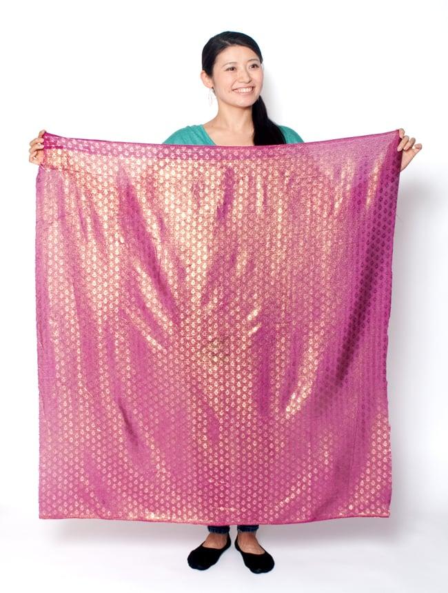 〔1m切り売り〕グリッターボタニカルのサテン楊柳布〔幅約113cm〕 - 青紫 7 - 類似品の『【MB-RSCLTH-313】〔1m切り売り〕グリッターボタニカルのサテン楊柳布〔幅約113cm〕 - 紫』を、1mカットしてみたところです。横幅も大きい布なので、ご覧の通り大きく色々な用途に使えそうです。ご注文個数に応じた長さにカットしてお送りいたします。