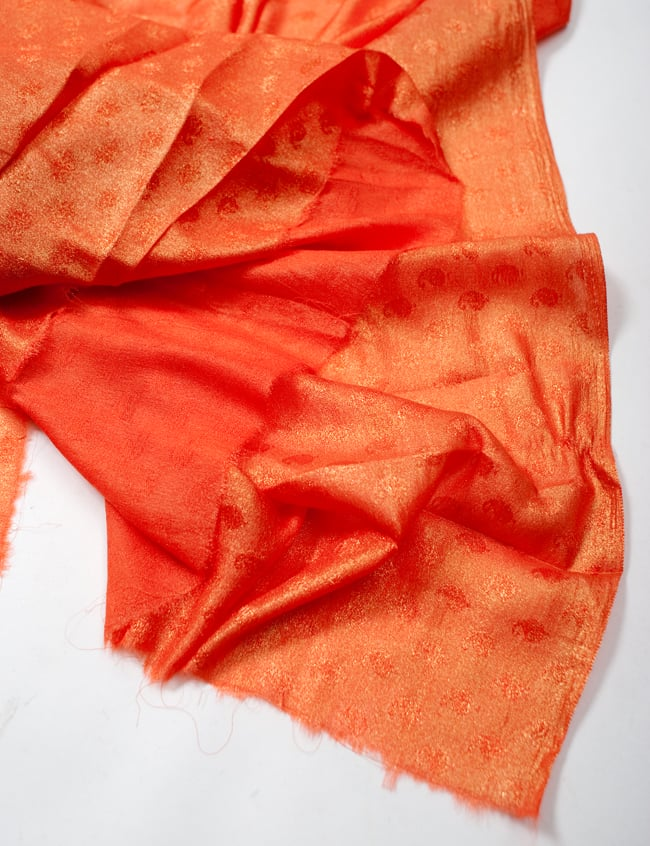 〔1m切り売り〕グリッターペイズリーのサテン生地布〔幅約112cm〕 - オレンジの写真4 - フチの写真です