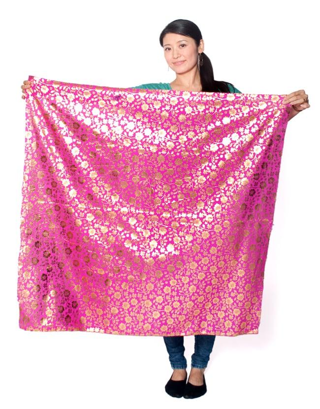 〔1m切り売り〕プリズムピンドット柄のシフォン生地布〔幅約107cm〕 - 青 7 - 類似品の『【MB-RSCLTH-332】〔1m切り売り〕インドの伝統柄ゴールドプリント光沢布〔幅約100cm〕 - ピンク』を、1mカットしてみたところです。横幅も大きい布なので、ご覧の通り大きく色々な用途に使えそうです。ご注文個数に応じた長さにカットしてお送りいたします。