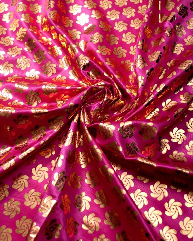 〔1m切り売り〕インドの伝統柄ゴールドプリント光沢布〔幅約110cm〕 - 紫の写真3 - 光の加減でもまた表情をかえてくれます。