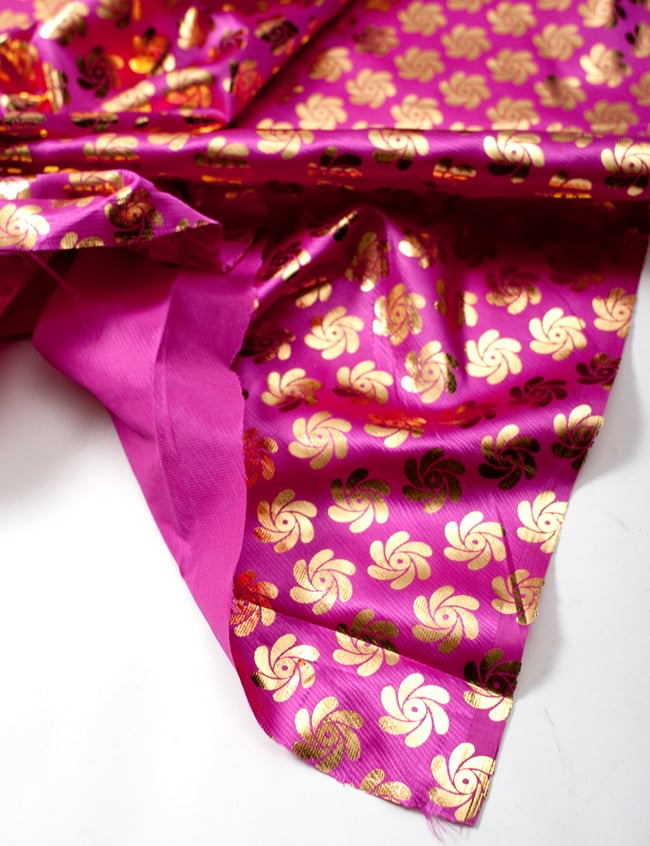 〔1m切り売り〕インドの伝統柄ゴールドプリント光沢布〔幅約110cm〕 - 紫の写真4 - フチの写真です