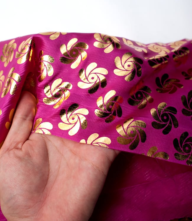 〔1m切り売り〕インドの伝統柄ゴールドプリント光沢布〔幅約110cm〕 - 紫の写真5 - このような感じの生地になります。手芸からデコレーション用の布などなど、色々な用途にご使用いただけます!