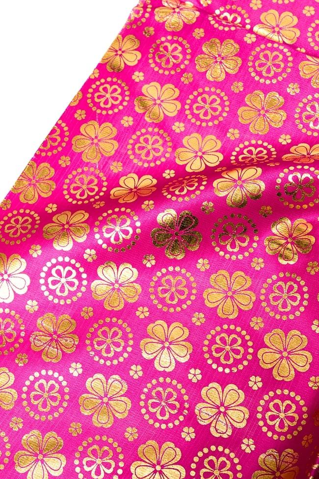〔1m切り売り〕インドの伝統柄ゴールドプリント光沢布〔幅約110cm〕 - 紫の写真7 - 選択Bのデザインパターンはこのような様子です。