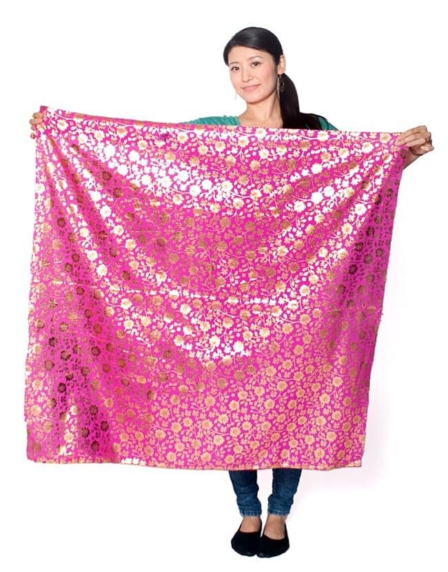 〔1m切り売り〕インドの伝統柄ゴールドプリント光沢布〔幅約110cm〕 - 紫の写真8 - 類似品の『【MB-RSCLTH-332】〔1m切り売り〕インドの伝統柄ゴールドプリント光沢布〔幅約100cm〕 - ピンク』を、1mカットしてみたところです。横幅も大きい布なので、ご覧の通り大きく色々な用途に使えそうです。ご注文個数に応じた長さにカットしてお送りいたします。