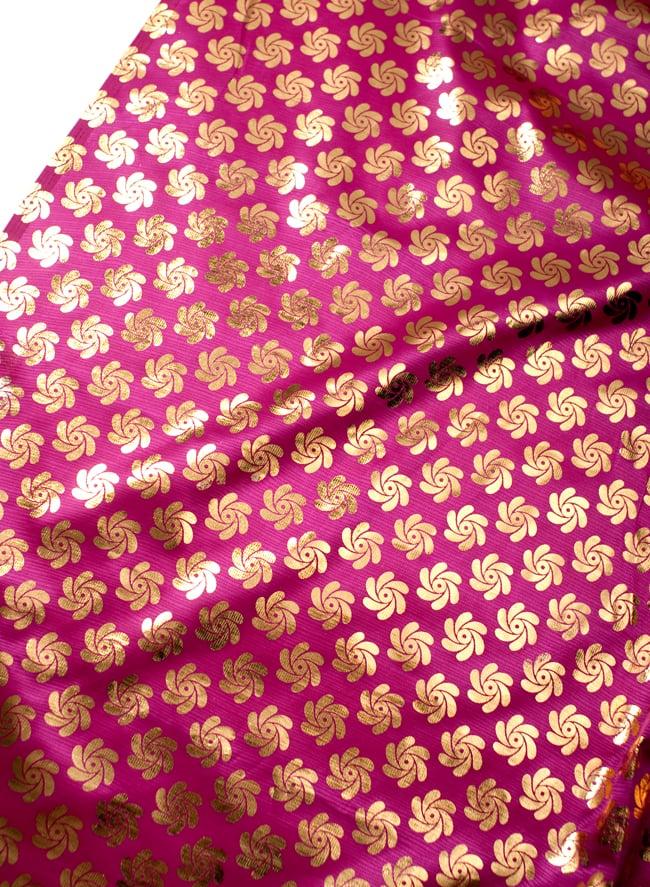 〔1m切り売り〕インドの伝統柄ゴールドプリント光沢布〔幅約110cm〕 - 紫の写真