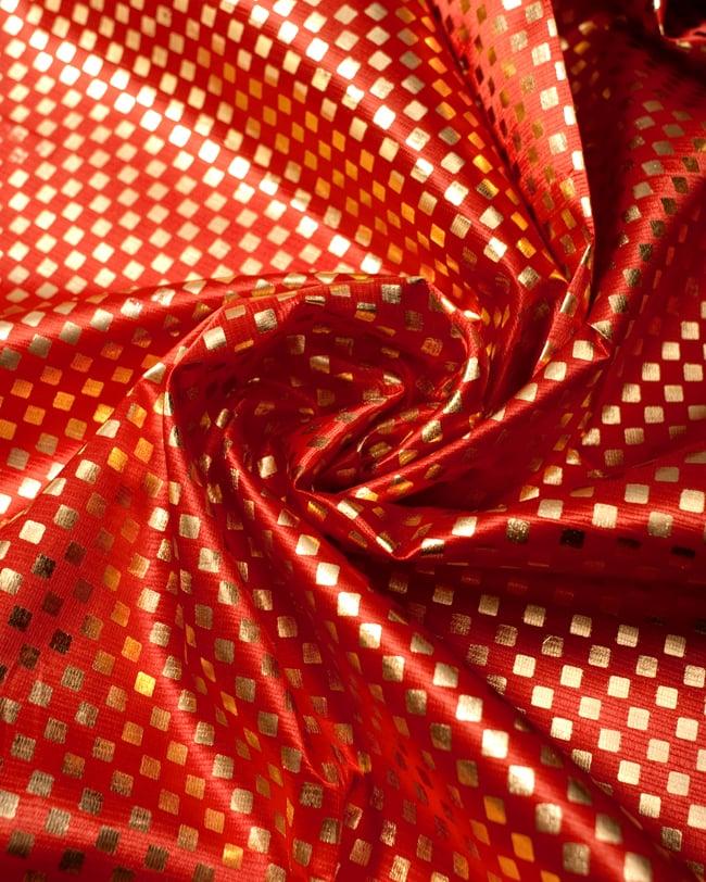 〔1m切り売り〕市松模様ゴールドプリント光沢布〔幅約105cm〕 - 朱色の写真3 - 光の加減でもまた表情をかえてくれます。