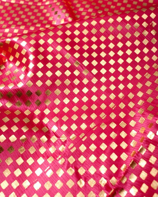 〔1m切り売り〕市松模様ゴールドプリント光沢布〔幅約105cm〕 - ピンクの写真2 - 拡大写真です。独特な雰囲気があります。