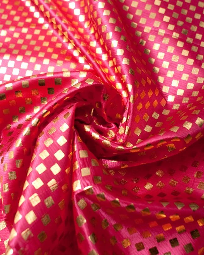 〔1m切り売り〕市松模様ゴールドプリント光沢布〔幅約105cm〕 - ピンクの写真3 - 光の加減でもまた表情をかえてくれます。