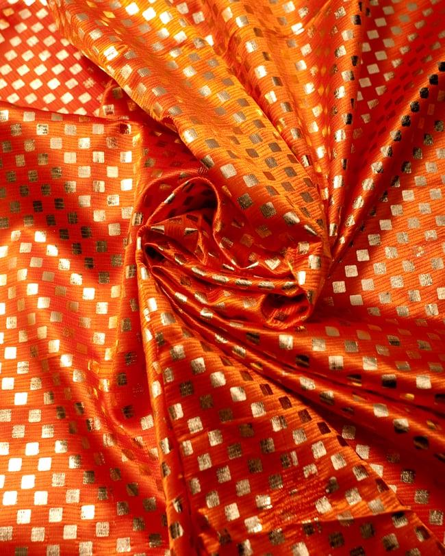 〔1m切り売り〕市松模様ゴールドプリント光沢布〔幅約105cm〕 - オレンジ 3 - 光の加減でもまた表情をかえてくれます。