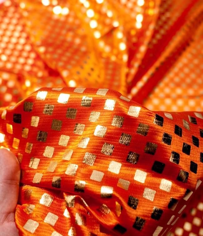〔1m切り売り〕市松模様ゴールドプリント光沢布〔幅約105cm〕 - オレンジ 5 - このような感じの生地になります。手芸からデコレーション用の布などなど、色々な用途にご使用いただけます!