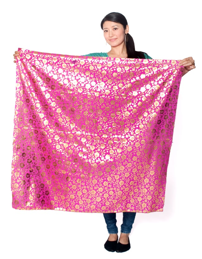 〔1m切り売り〕市松模様ゴールドプリント光沢布〔幅約105cm〕 - オレンジ 7 - 類似品の『【MB-RSCLTH-332】〔1m切り売り〕インドの伝統柄ゴールドプリント光沢布〔幅約100cm〕 - ピンク』を、1mカットしてみたところです。横幅も大きい布なので、ご覧の通り大きく色々な用途に使えそうです。ご注文個数に応じた長さにカットしてお送りいたします。