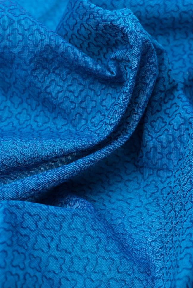 〔1m切り売り〕インドのシンプルコットン布  - 小花ブルー 〔幅約110cm〕 5 - ドレープを作ってみました。いろいろな手芸に使えそうですね。