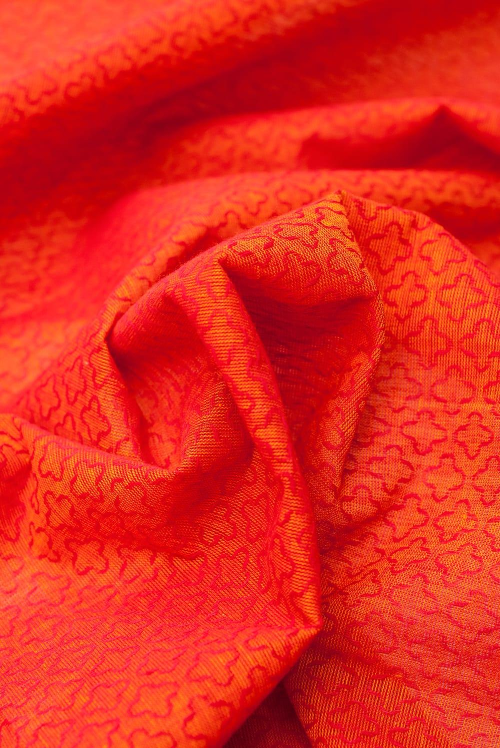 〔1m切り売り〕インドのシンプルコットン布 - 小花オレンジレッド 〔幅約110cm〕 5 - ドレープを作ってみました。いろいろな手芸に使えそうですね。