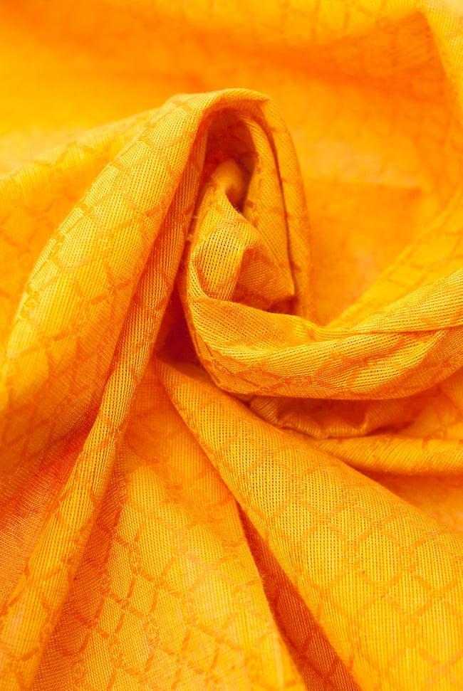 〔1m切り売り〕インドのシンプルコットン布 - 編み模様イエロー 〔幅約110cm〕 5 - ドレープを作ってみました。いろいろな手芸に使えそうですね。