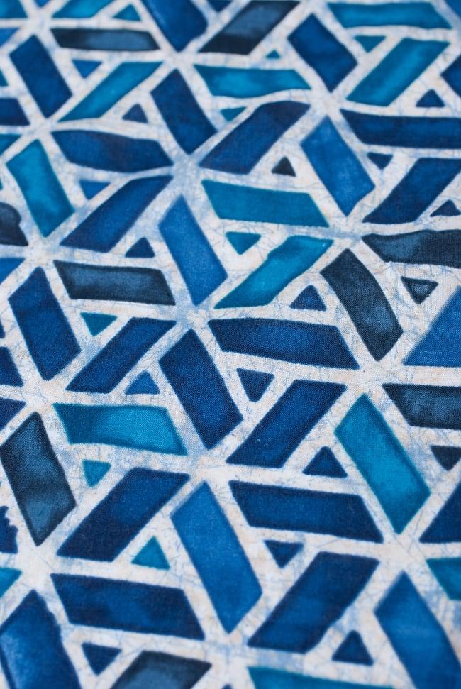〔1m切り売り〕インドのバティック風染め布 インディゴ〔幅約106cm〕の写真2 - 生地の様子を近くからみてみました。