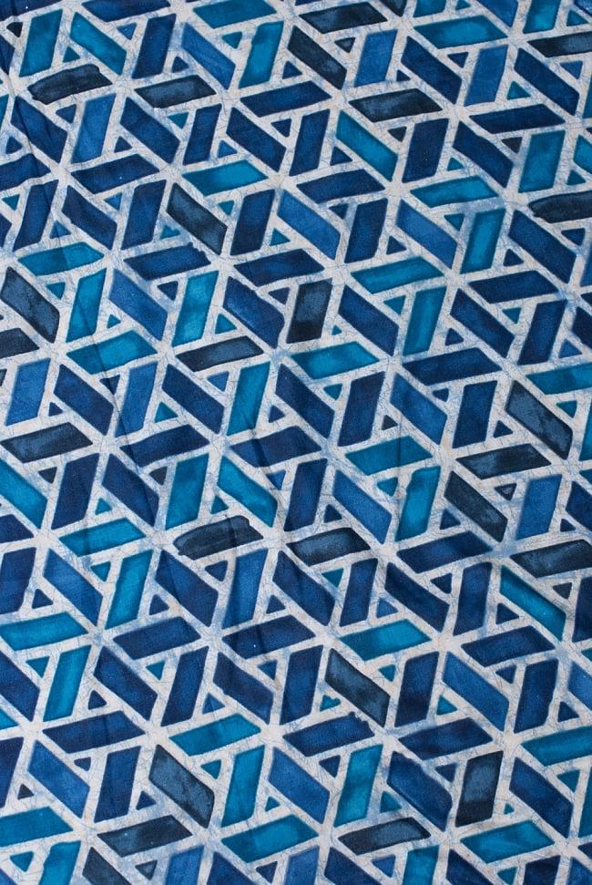 〔1m切り売り〕インドのバティック風染め布 インディゴ〔幅約106cm〕の写真3 - 少し離れてみてみました。