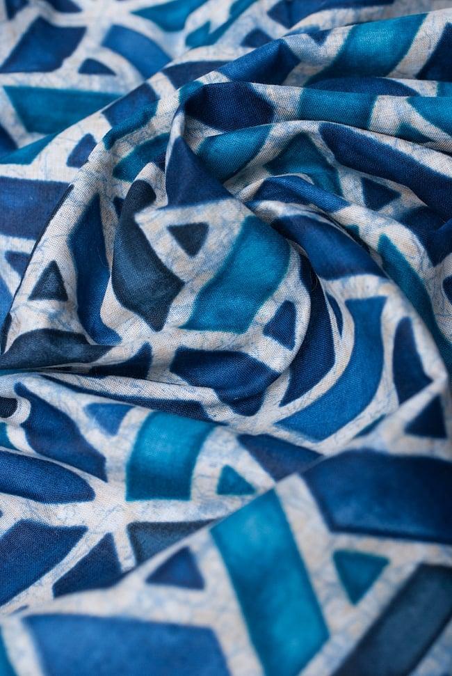 〔1m切り売り〕インドのバティック風染め布 インディゴ〔幅約106cm〕の写真5 - ドレープを作ってみました。