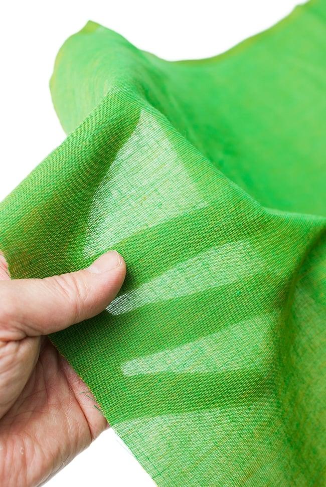 〔1m切り売り〕インドのシンプルコットン布  - 緑〔幅約110cm〕 5 - 透け感のある薄手の生地です。