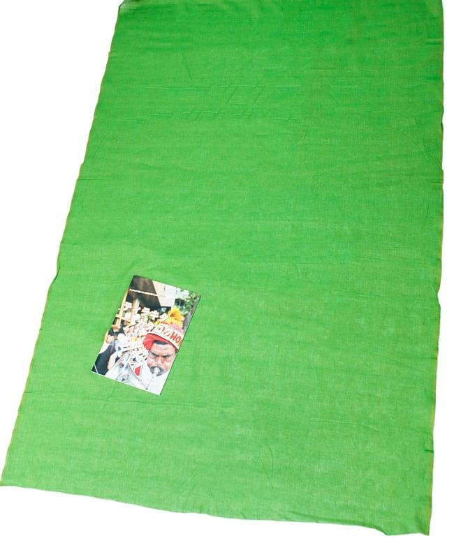〔1m切り売り〕インドのシンプルコットン布  - 緑〔幅約110cm〕 6 - 布の大きさがわかるよう、A4の冊子と並べてみました。
