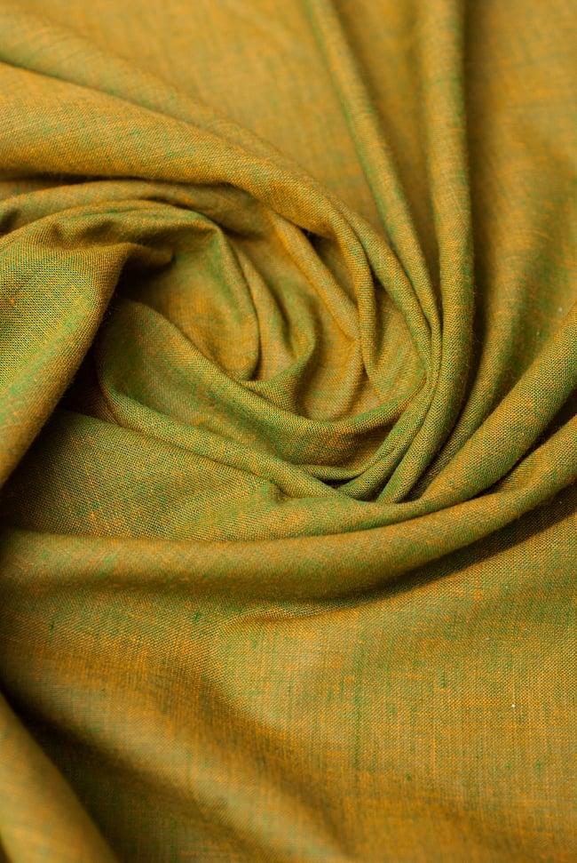 〔1m切り売り〕インドのシンプルコットン布  - 黄土グリーン〔幅約113cm〕 4 - 陰影をつけるととても素敵な色合いですね。