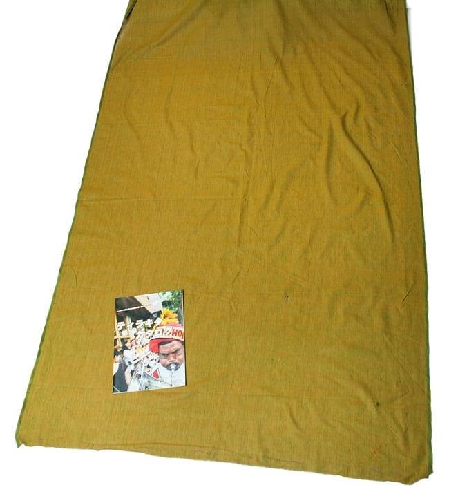 〔1m切り売り〕インドのシンプルコットン布  - 黄土グリーン〔幅約113cm〕 6 - 布の大きさがわかるよう、A4の冊子と並べてみました。