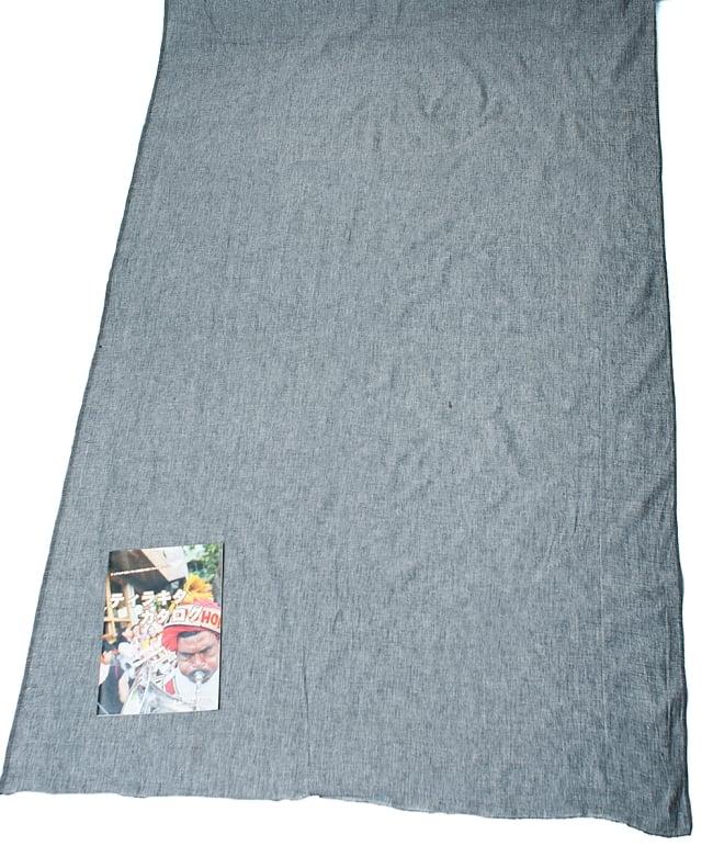 〔1m切り売り〕インドのシンプルコットン布  - ライトグレー〔幅約113cm〕 6 - 布の大きさがわかるよう、A4の冊子と並べてみました。