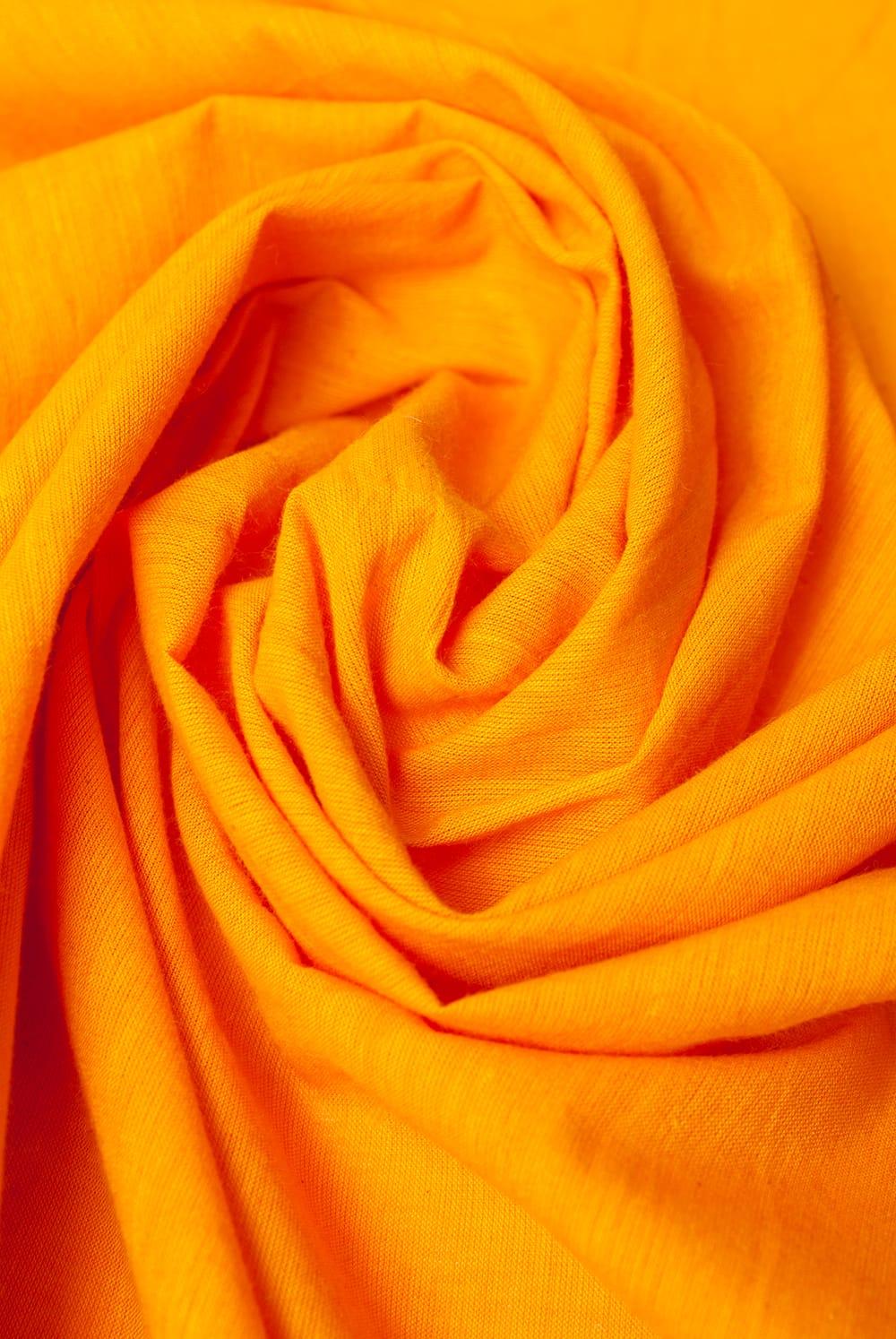 〔1m切り売り〕インドのシンプルコットン布  - オレンジイエロー〔幅約113cm〕 4 - 陰影をつけるととても素敵な色合いですね。