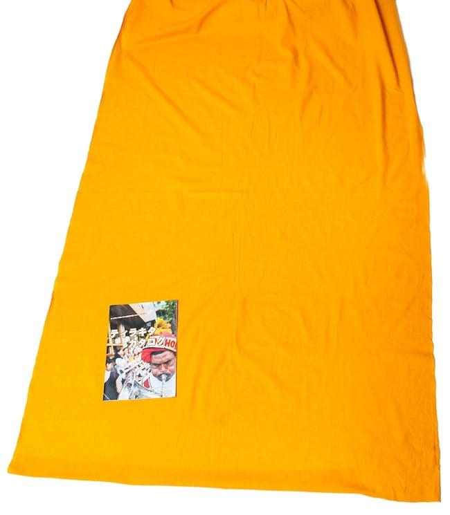 〔1m切り売り〕インドのシンプルコットン布  - オレンジイエロー〔幅約113cm〕 6 - 布の大きさがわかるよう、A4の冊子と並べてみました。