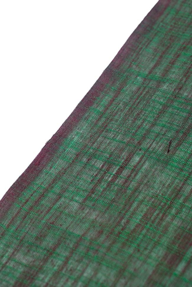 〔1m切り売り〕インドのシンプルコットン布 緑地にブラウン〔幅約108cm〕の写真3 - 端の部分の処理の様子です。