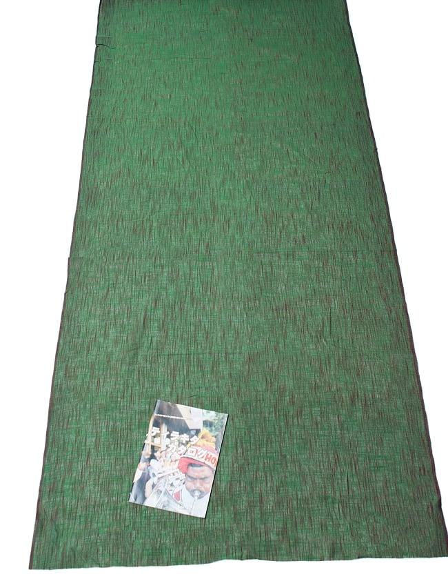 〔1m切り売り〕インドのシンプルコットン布 緑地にブラウン〔幅約108cm〕の写真6 - A4の冊子と並べてみました。広がりがわかりますね。