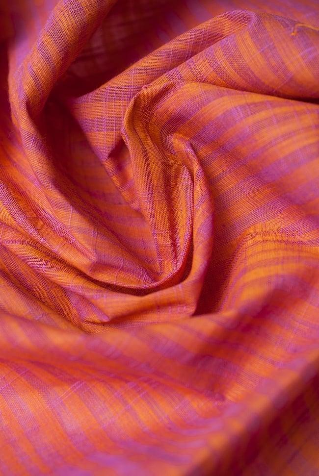 〔1m切り売り〕南インドのストライプ布 - オレンジ×ピンク 〔幅約110cm〕 4 - 陰影が美しく、いろいろなアイデアが浮かんできそうな一枚ですね。
