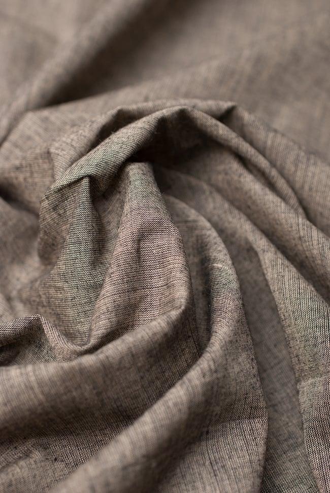 〔1m切り売り〕インドのシンプルコットン布  - ウォームグレー〔幅約114cm〕 4 - 陰影をつけるととても素敵な色合いですね。